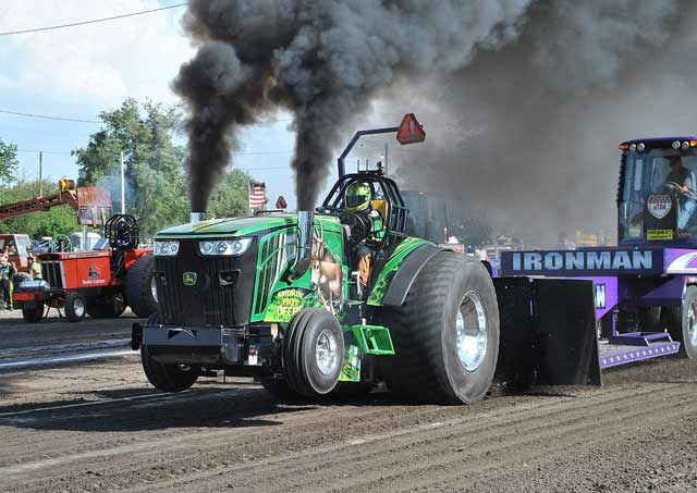 Outlaw-Truck-and-Tractor-Pulling-Association-Thunder-in-the-Dirt036[1]
